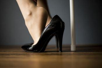 パンプスを履くと痛い女性